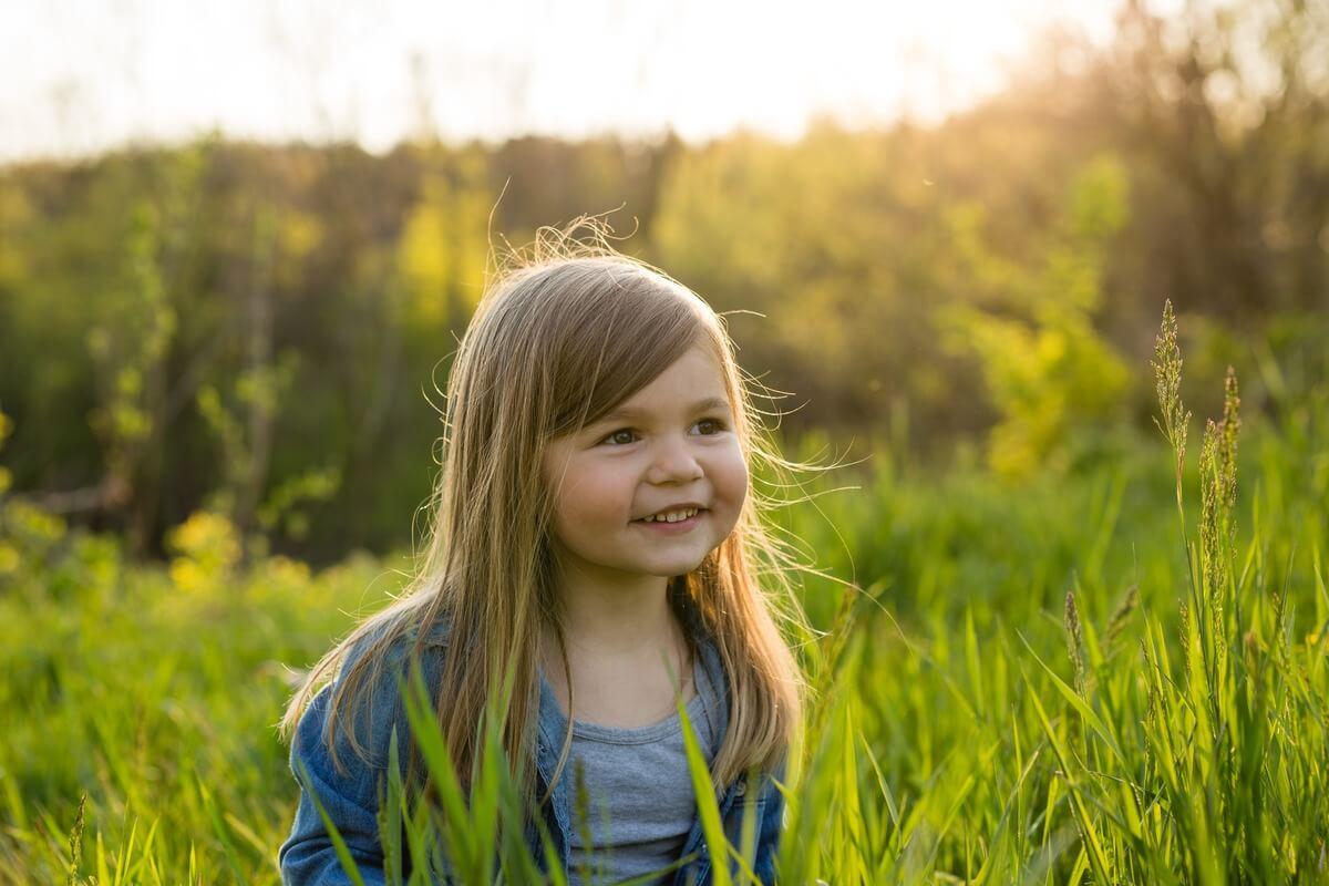 Slider-Image-Little-Girl-in-Field